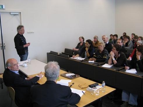 Op de voorgrond Jos Lamé en Frans Vosman gespreksleider was Hans van Driel.