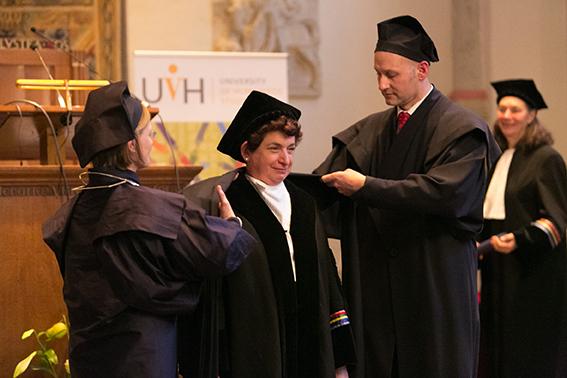 Eredoctoraat UvH Joan Tronto, uitgereikt tijdens het 25-jarig jubileum van de UvH